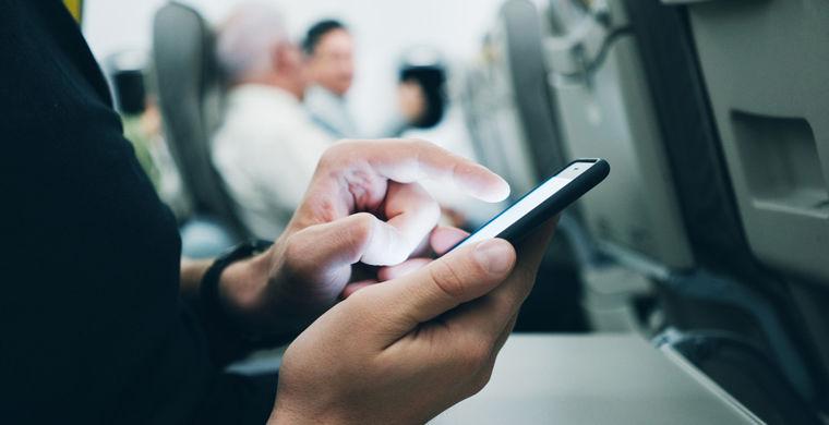 Пилоты предположили, почему в самолетах запрещено пользоваться телефонами