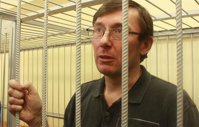 Луценко в привычной роли козла-отпущения: Порошенко подставил своего генпрокурора