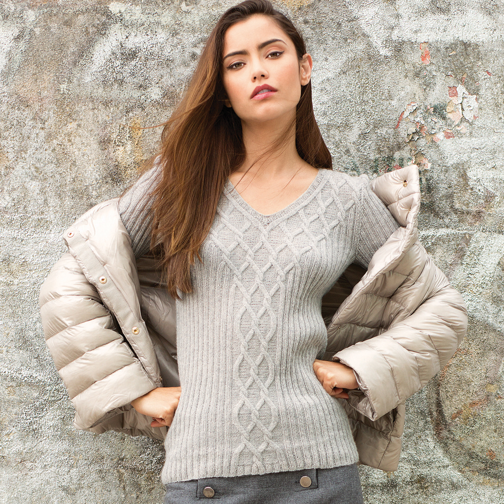Пуловер с узором из ромбов спицами