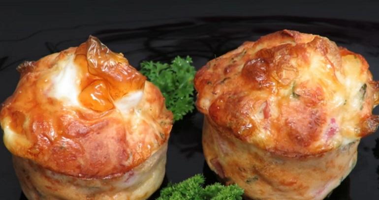 Сырные кексы с яйцом и ветчиной: сытный перекус на скорую руку