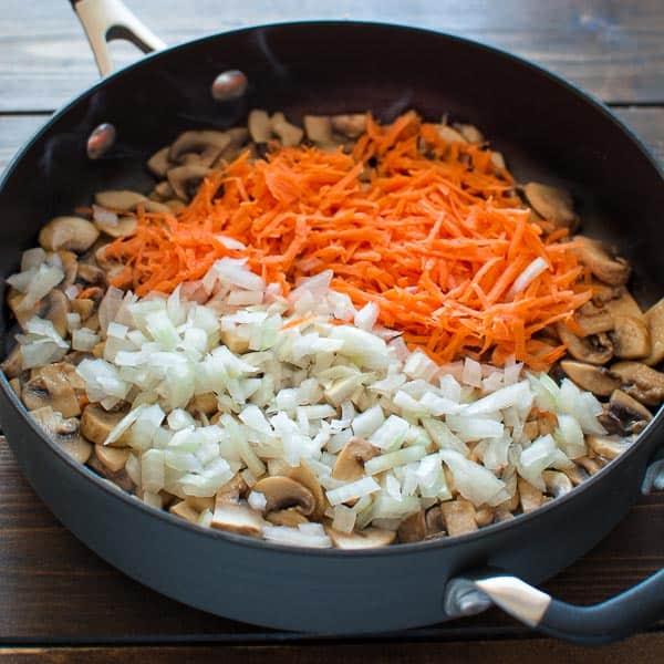 Жареные шампиньоны с луком и морковью: способы приготовления