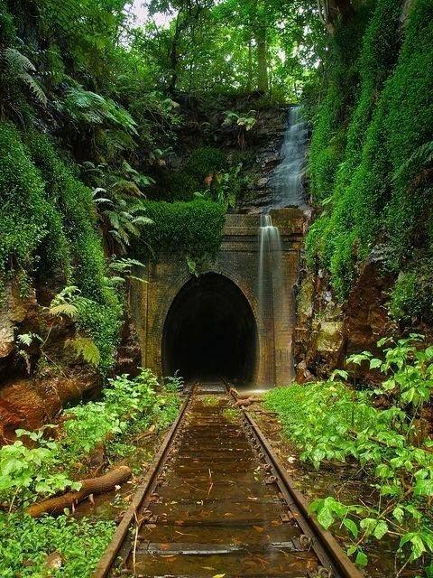 Хеленсбург, Австрия. Сеть тоннелей построенных в 3-е годы, сегодня заброшена и закрыта для движения поездов, но когда-то это был один из самых опасных участков интересное, красота, тоннели, удивительное, факты