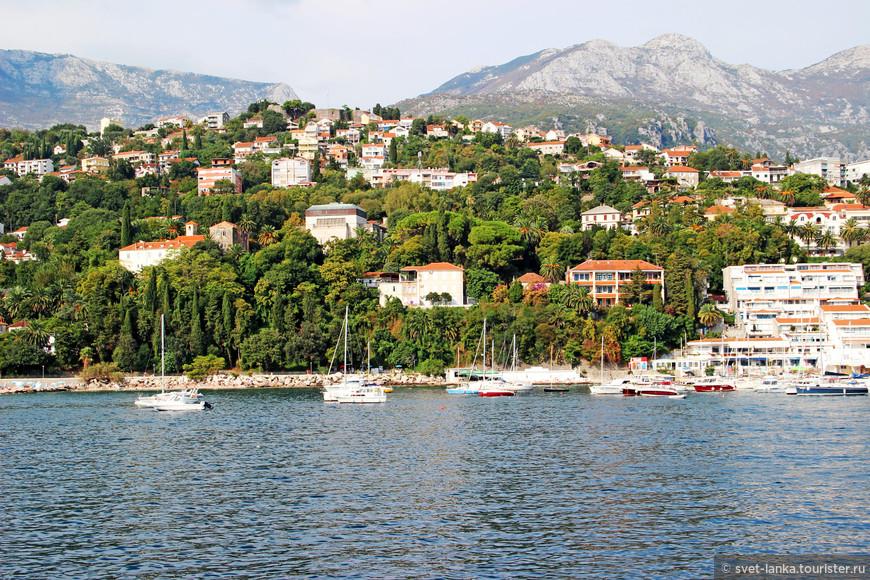 Герцег-Нови буквально утопает в роскошной зелени. Наверное, это самый цветущий город Черногории. Город-сад.