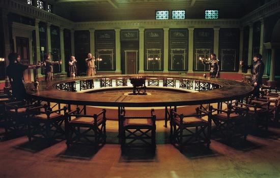 Круглые столы настраивают на дружелюбный лад, а квадратные и прямоугольные — на конкуренцию