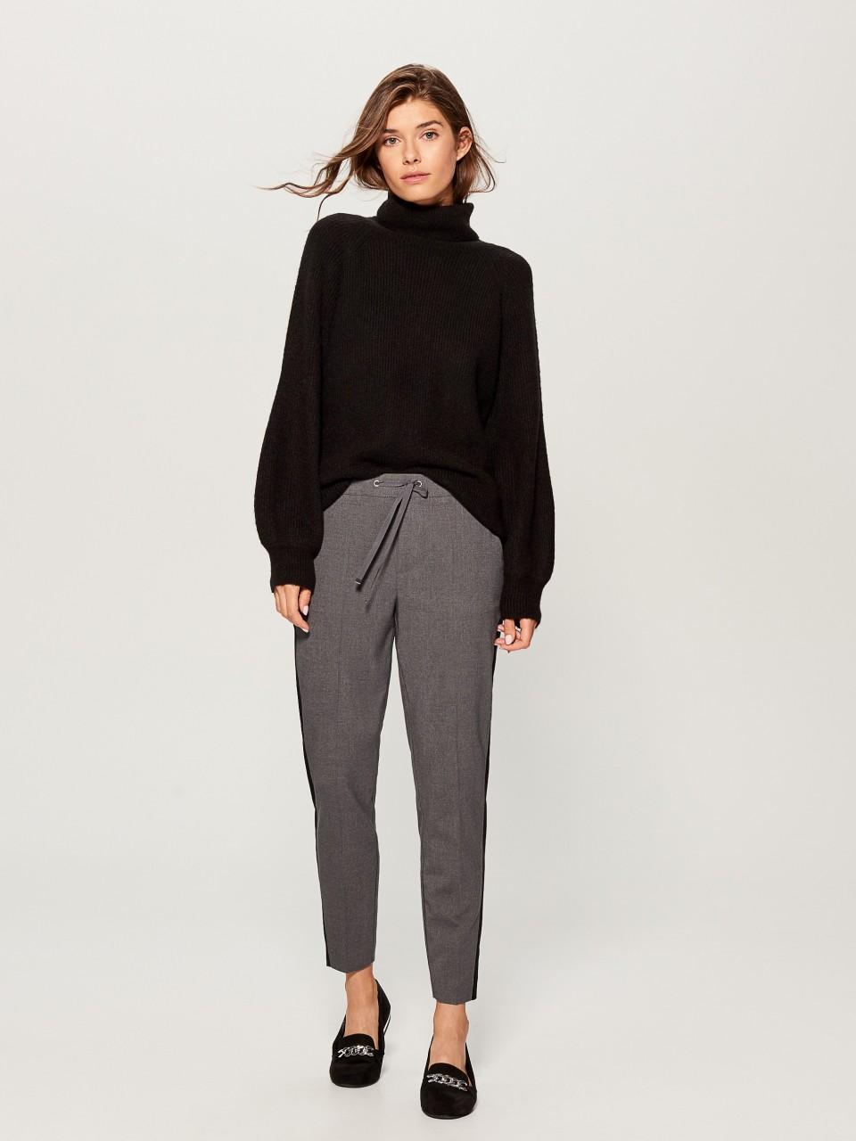 Модель в брюках-джоггингах