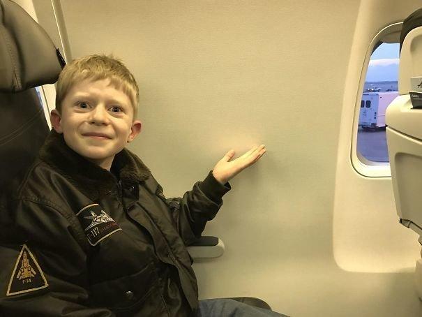 Этому счастливчику забронировали место у окна. А это, между прочим, его первый полет на самолете. забавно, не повезло, неудачи, плохой день, подборка, провал, фейлы, фото