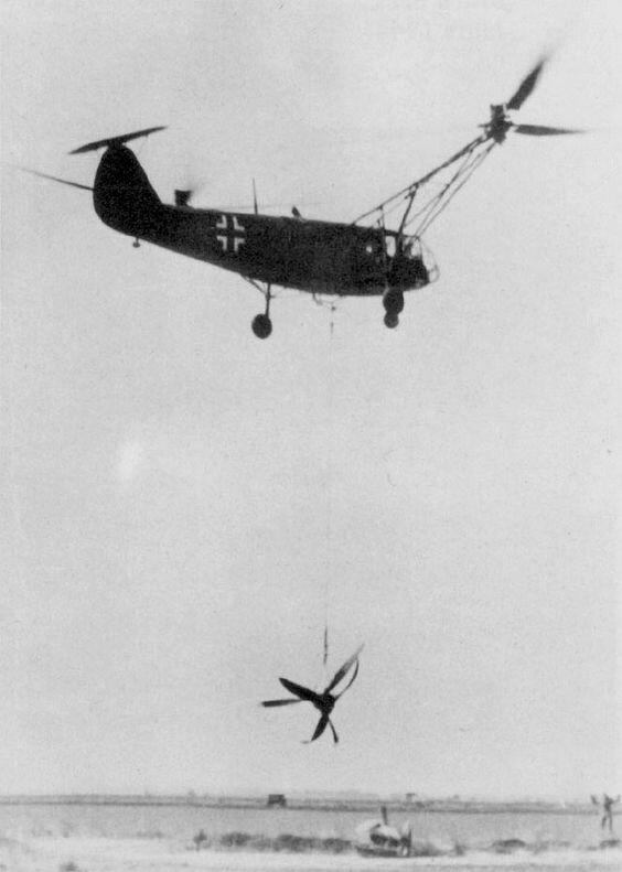 Вертолет Fa 223 V14 (DM+SR) осуществляет эвакуацию винтов и мотора BMW 801 ML-Sternmotors потерпевшего аварию Do 217 в мае 1944 г. Великая Отечественная Война, архивные фотографии, вторая мировая война