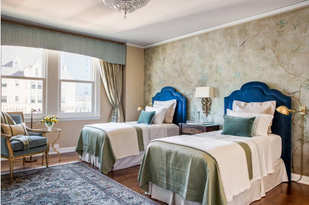 В спальне с двумя кроватями
