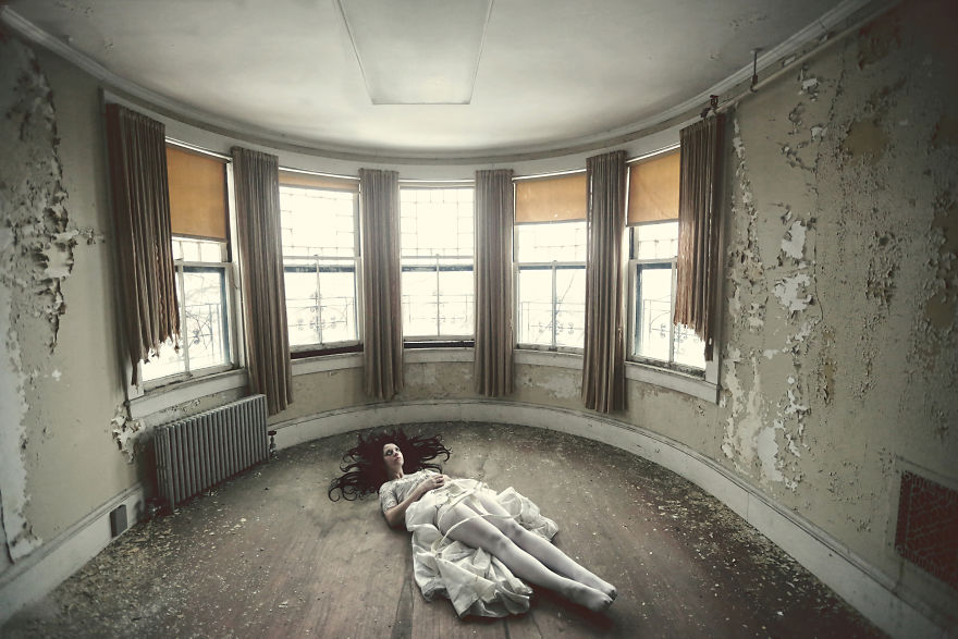 Фотограф превращает заброшенные места в страшные фантазии