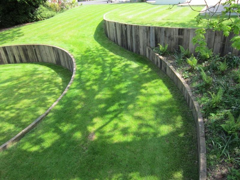 подпорные стенки из дерева используют для создания геопластики участка