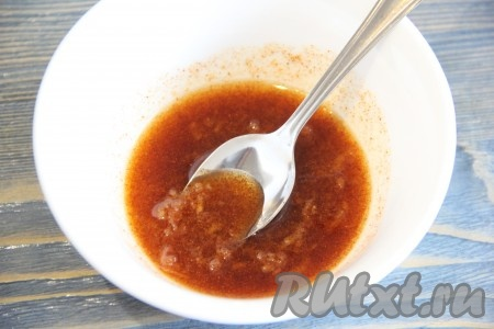 Затем добавить в получившуюся смесь оливковое масло и тщательно перемешать.