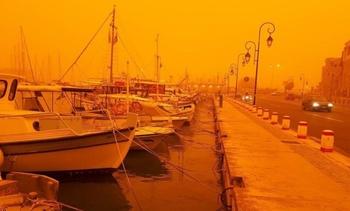 Крым заволокло оранжевым туманом, а на землю осела  рыжая пыль