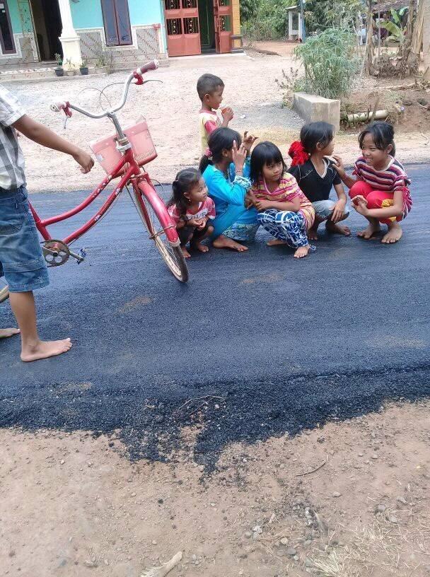 Недавно в индонезийской провинции Лампунг впервые была проложена асфальтовая дорога асфальт, в мире, дети, дорога, люди, реакция