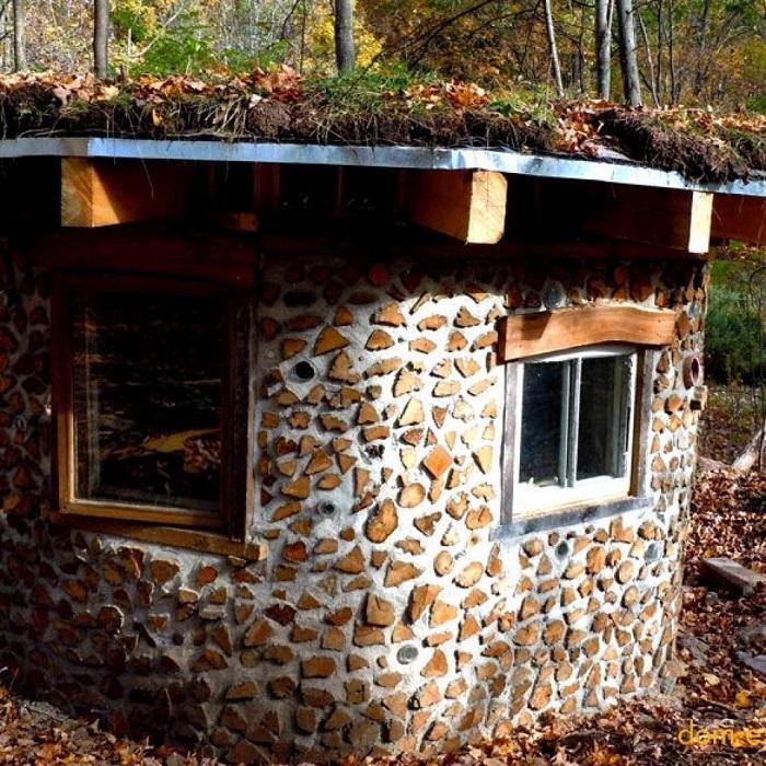 Дома-глиночурки можно построить из подручных материалов без использования спецсредств, которые применяются в обычном строительстве.