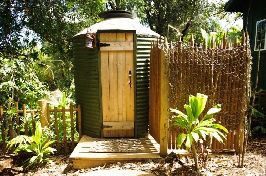 Дачный туалет круглой формы, поÑтроенный из профнаÑтила
