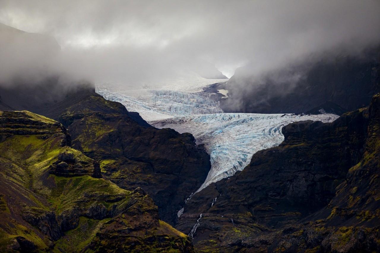 Ледник Oraefajok в Исландии. Он спускается с туманных горных вершин и заканчивается водопадами красивые места, красота, ледник, ледники, природа, путешественникам на заметку, туристу на заметку, фото природы