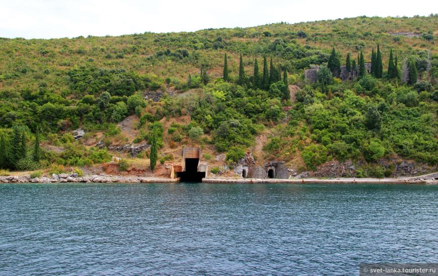 А эти таинственные пещеры - бывшее пристанище военных подводных лодок. В горах Черногории целые подводные тоннели, к сожалению, все теперь запущено и стоит без дела.