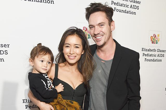 Джонатан Риз Майерс пришел на благотворительный вечер в Лос-Анджелесе с женой, сыном и тещей