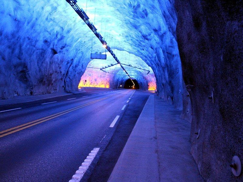 самая главная проблема для автомобилостов в тонее - однообразный пейзаж, поэтому здесь была сделала система разноцветного освещения, а также карманы для остановки каждые 5 километров интересное, красота, тоннели, удивительное, факты