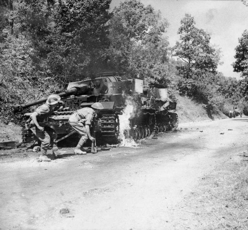 """Британские солдаты ведут бой в районе Салерно, Италия. Операция """"Аваланч"""", сентябрь 1943 г. Великая Отечественная Война, архивные фотографии, вторая мировая война"""