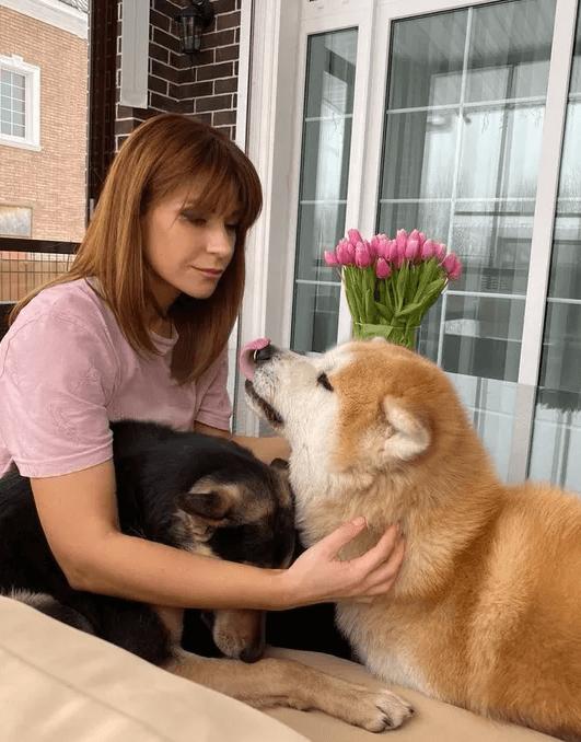 Екатерина Волкова взяла из приюта слепую собаку