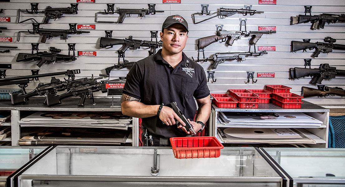 Вот через что надо пройти, чтобы купить пистолет в 15 разных странах мира