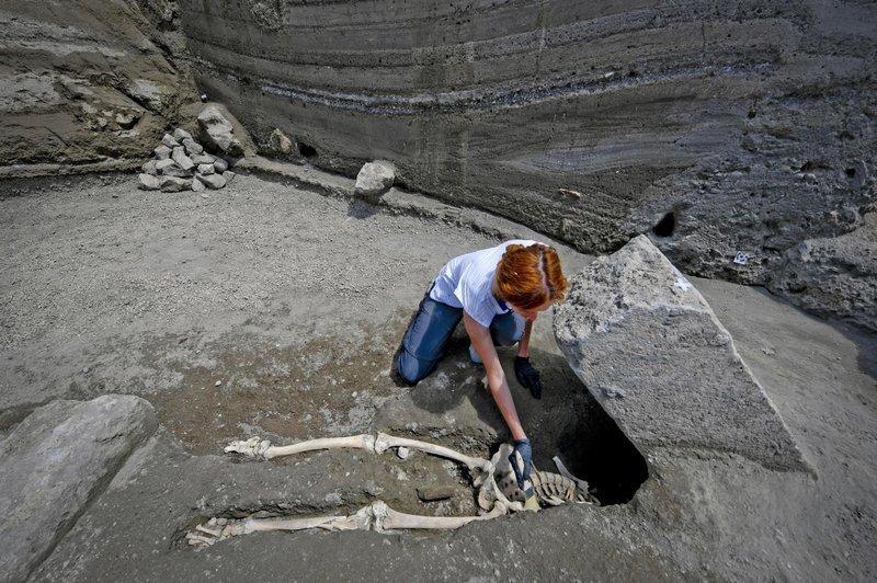 35-летний мужчина был обезглавлен упавшим валуном, когда пытался спастись от извержения, убившего около 30 тысячи человек археологи, везувий, вулкан, извержение, помпея, скелет, ученные
