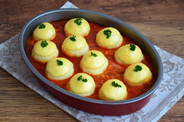 Картофельные шарики в мясном соусе