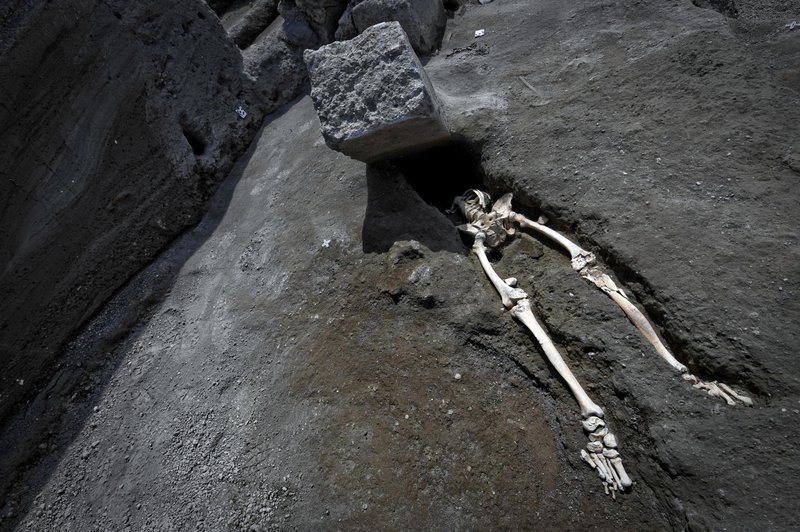 Археологи нашли скелет человека, убегавшего от Везувия. Но его остановил не вулкан, а кое-что другое археологи, везувий, вулкан, извержение, помпея, скелет, ученные