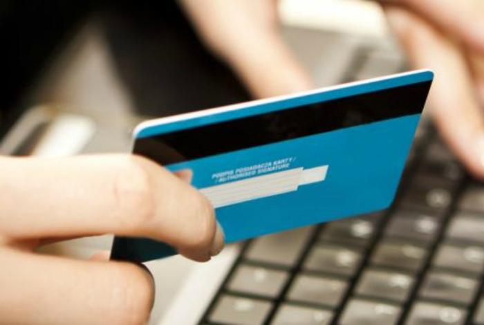 Фотографии банковских карточек и свой номер телефона.