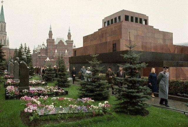 У могилы И.В.Сталина (пока без памятника), 1964 СССР, история, фото