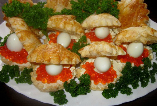 Корзиночки из слоеного теста с салатами и закусками