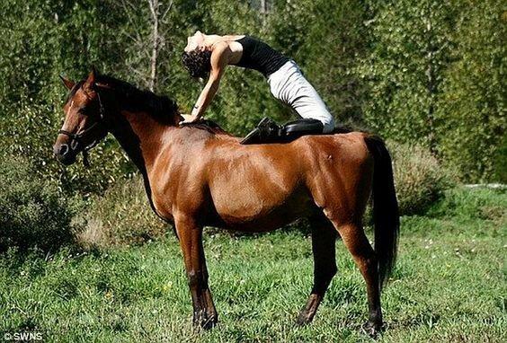 Для таких упражнений нужно не только идеально владеть своим телом, но и знать свою лошадь амазонки, красиво, лошади и девушки, наездницы