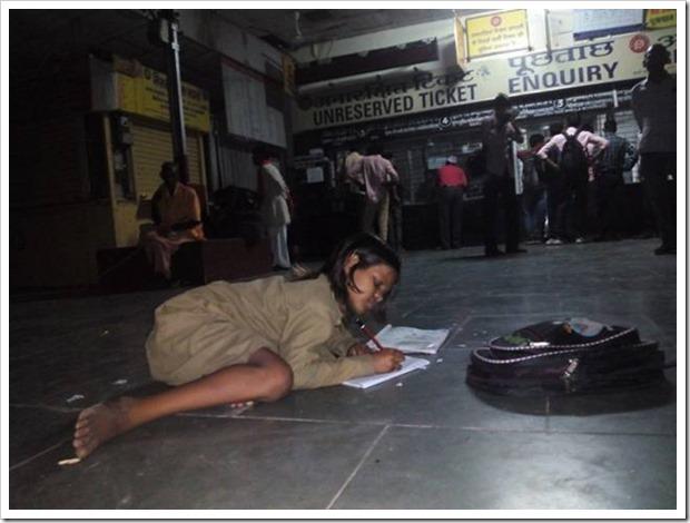 Бедная девочка каждый день приходит на вокзал, чтобы делать уроки под светом фонаря