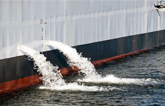 Почему из корабля постоянно выливается вода?