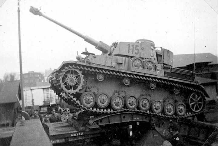 Немецкий танк PzKpfw 4 до и после взрыва боекомплекта. #Фотографии, #история, #факты, .война
