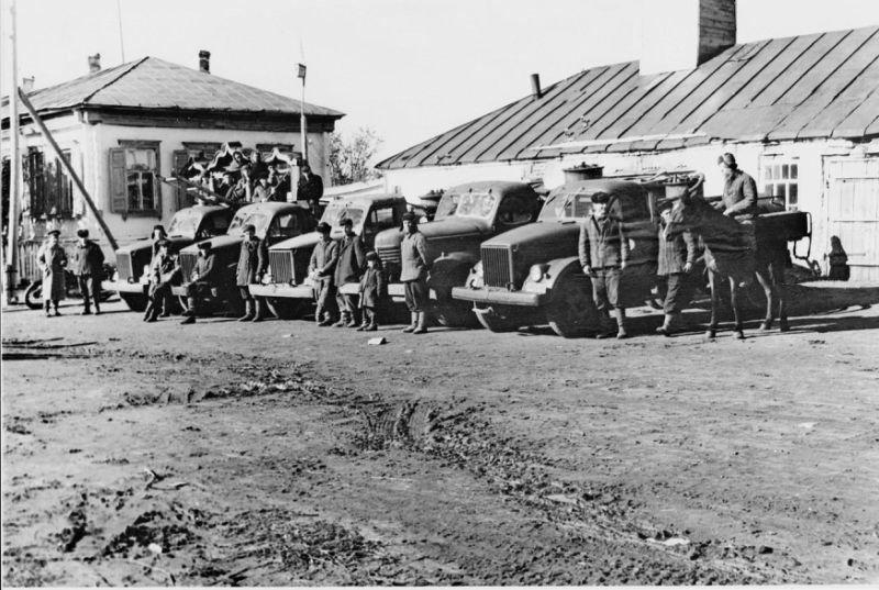В более крупных сёлах и богатых колхозах уже использовались приспособленные автозаправщики - бензовозы Пожарная охрана, авто, история, мчс, пожарные, пожарный автомобиль, ретро фото, факты
