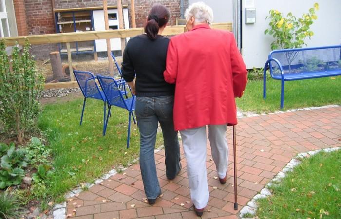 Деревня, где пожилые люди заботятся о своих детях с болезнью Альцгеймера.