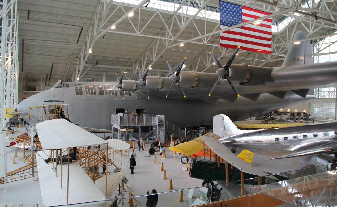 H4 Hercules В 1942 году американское правительство нуждалось в большом грузовом самолете, способном перевозить солдат и технику через Атлантический океан, в Европу. Подряд получил авиационный магнат и миллиардер Говард Хьюз, вознамерившийся построить настоящего гиганта. Что самое интересное, армейский контракт вынуждал промышленника разработать конструкцию, где вовсе не будет металла – весьма дефицитного материала во время войны. Хьюз принял вызов, но не уведомил правительство о дате сдачи проекта: самолет, прозванный прессой Spruce Goose, появился только в 1947 году.