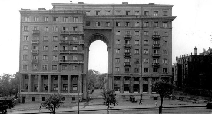 Зачем в московском доме на Земляном валу сделали огромную 20-метровую арку в жилом доме