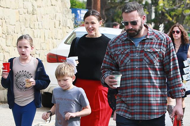 Развод дружбе не помеха: Бен Аффлек и Дженнифер Гарнер вместе сводили детей в церковь