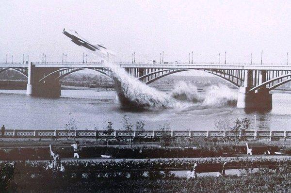 Пролет реактивного истребителя под мостом в Новосибирске: Летчика не пустили во Вьетнам и он показал, на что способен