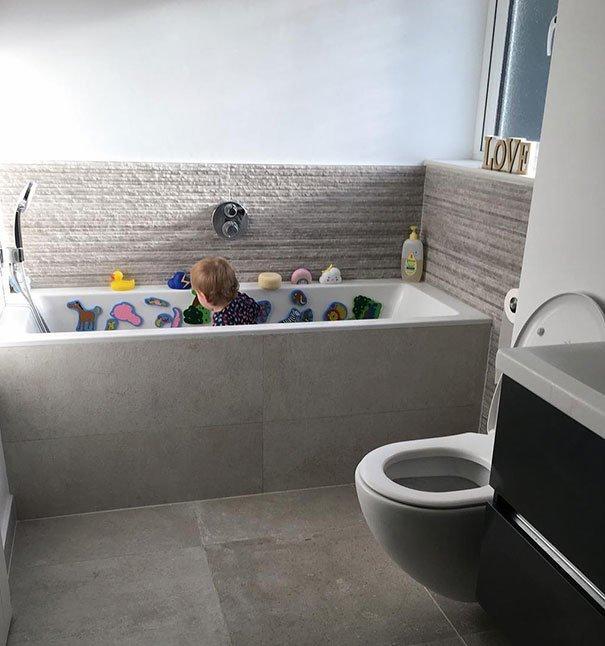 В ванне очень удобно играть (вода не нужна) Лайфхак, дети, крутые идеи, родители, смешно