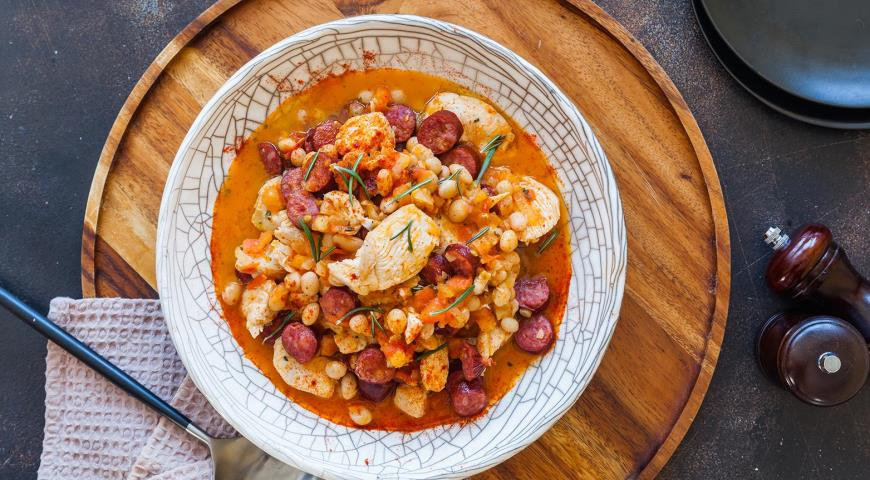 Рагу из фасоли с курицей и колбасками