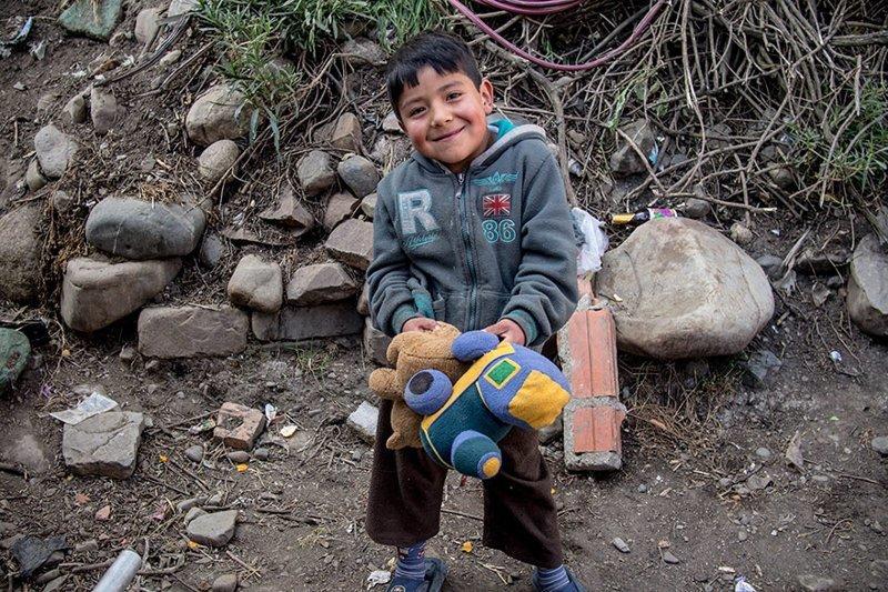 В боливийском доме, где в месяц на семью уходит $254, любимая игрушка — это мягкие игрушки в мире, дети, игрушка, люди, страны