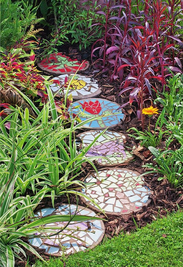 Садовая дорожка с мозаичным декором. Фото: Marion Nickig