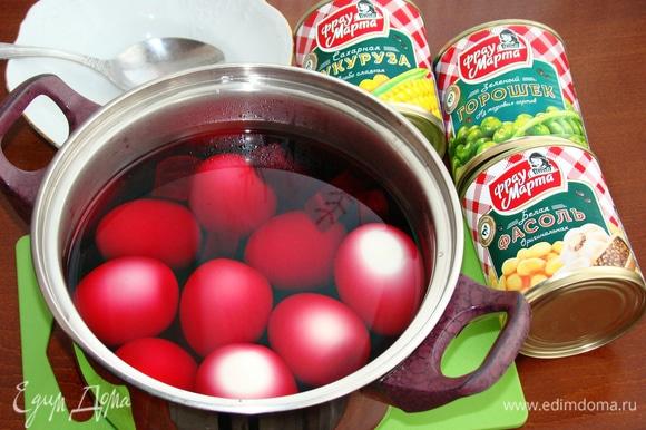 В горячий свекольный рассол опустить сваренные до готовности и очищенные от скорлупы, яйца. Этот «компот» оставить примерно на 1 час, чтобы яйца за это время окрасились в розовый цвет.