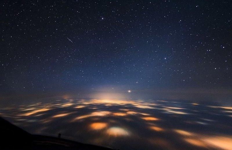 За плотным слоем облаков горят огни Лондона вид из кабины пилота, красиво, летчик, небо над нами, путешествия над Землей, фото из самолета, фотограф, фотографии