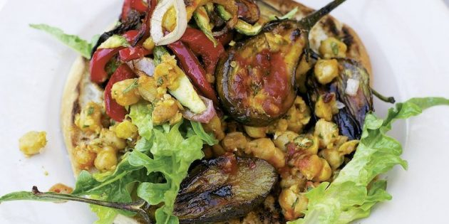 Острый салат с овощами и нутом