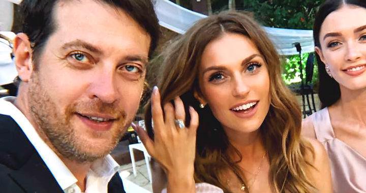 Сама нежность: Саша Савельева в необычном платье затмила всех своей красотой на семейной свадьбе
